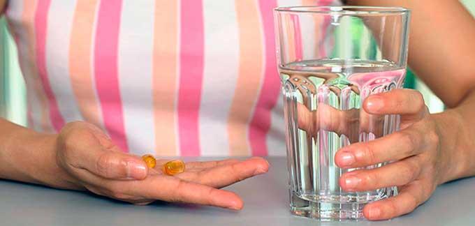Капсула лекарства и вода